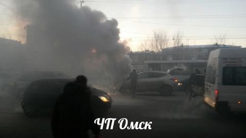На главной улице Омска загорелся автомобиль