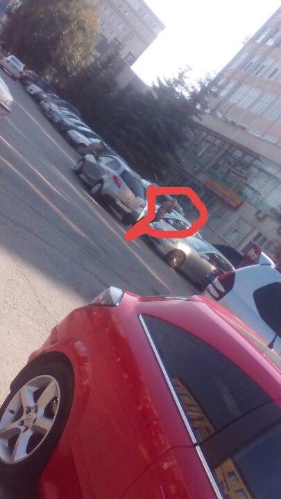 В Омске на Фрунзе автовладелец уже полчаса не может выехать с парковки