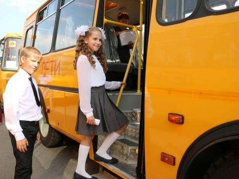 Директора сельских школ получили ключи от новых школьных автобусов