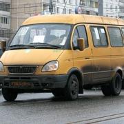"""В Омске маршрутка сбила девушку на  остановке у ДК """"Химик"""""""