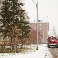 По соседству с загоревшейся квартирой в омском доме оказались заперты дети
