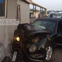 В Омске ночью водитель иномарки погиб в результате столкновения с киоском