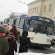 В Омске троллейбус протаранил маршрутку