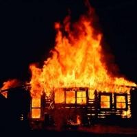 В Омске из горящего дачного дома спасли человека