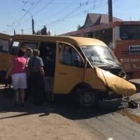 В Омске в столкновении иномарки с маршруткой пострадали четыре человека