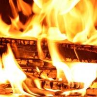 Жителя Омска избили и подожгли в собственной квартире