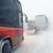 Омским водителям советуют отложить поездки в Тюмень и Казахстан
