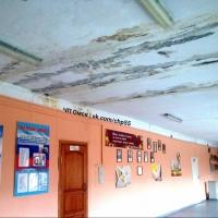 Омской школой, где с потолка текла вода, занялась прокуратура