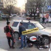 В Омске произошла авария с участием байкера