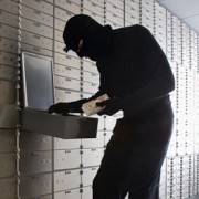 Омич ограбил сотовый салон, угрожая зараженной бритвой