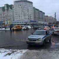 Сотрудники ДПС ограничили движение по улице Жукова в связи с падением крана