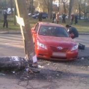 В Омске Toyota Camrу врезалась в осветительный столб