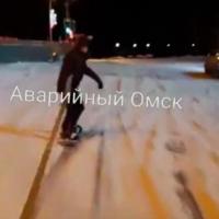 Сноубордист прокатился по центру Омска