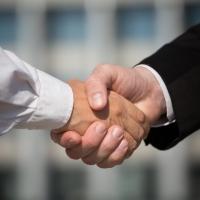 Депутат из Екатеринбурга планирует прервать рукопожатничество в омском правительстве