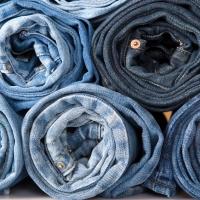 На границе Омской области задержали партию джинсов на 350 тысяч рублей