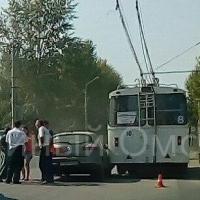В Омске на проспекте Мира тройное ДТП с троллейбусом №8