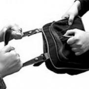 В Омске грабитель едва не зарезал женщину за сумочку