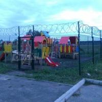 В Омске детскую площадку решили сохранить с помощью колючей проволоки