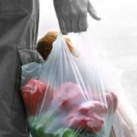 В Омске неизвестный похитил у мужчины пакет с продуктами