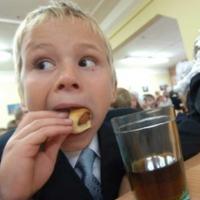 Школьников Омска будут кормить по карточкам