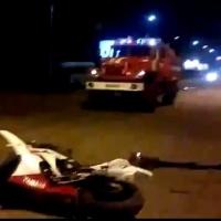 В Омске ночью мотоциклист с пассажиром врезался в иномарку