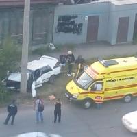 В Омске автомобиль «Volvo» на большой скорости врезался в столб