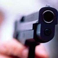 Трое пьяных омичей угрожали пистолетом бармену