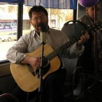 Омские барды споют в троллейбусе для пассажирок