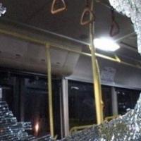 В Омске на Дмитриева неизвестные обстреляли автобус