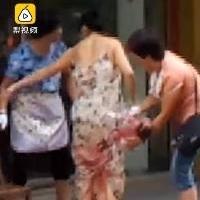 В Китае женщина родила на улице на картонке и пошла за покупками