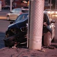 Ночью в центре Омска BMW врезался в столб