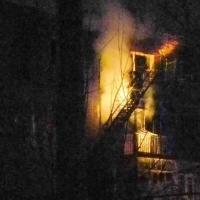 В Омске из горящего жилого дома эвакуировали 26 человек