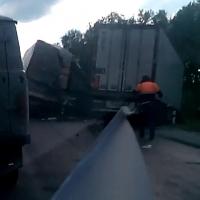 На трассе М-51 произошла авария с участием фур