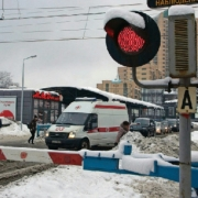 В Омске на железнодорожном переезде легковой автомобиль врезался в тепловоз