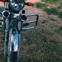 В Омской области мотоциклист врезался в дерево и погиб