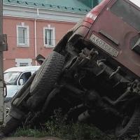 В центре Омска внедорожник улетел в кювет