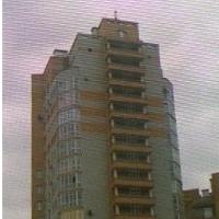 Омич пять часов сидел на крыше 22-этажки