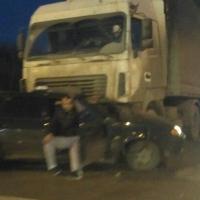В Омске на перекрестке легковушка попала под фуру, водитель в состоянии шока