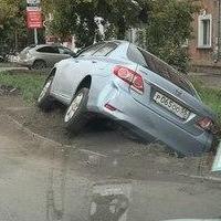 Мастер парковки 80 уровня: омич припарковал автомобиль в канаве
