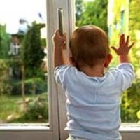 В Омской области двухлетний малыш выпал из окна