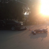 Молодого омича на скутере спас шлем при столкновении с авто
