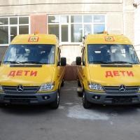 Бурков подарил новому детскому «Технопарку» в Омске два микроавтобуса