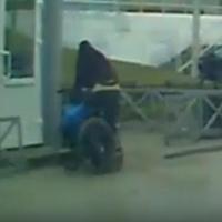 Омского водителя удивил инвалид, резво вставший с коляски