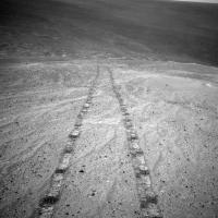 На Марсе обнаружили следы автомобильных колес