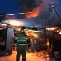 Омские пожарные вывели 80-летнюю хозяйку из задымленного дома