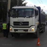 В Омске грузовик сбил мать с двумя детьми: женщина и 9-летняя девочка погибли