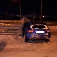 Омич на иномарке с тремя 18-летними пассажирками врезался в ограждение моста
