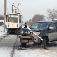 В Омске внедорожник протаранил трамвай