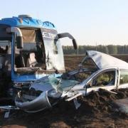 Омский автобус протаранил легковой автомобиль на Алтае