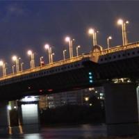 В Омске пьяный водитель чуть не устроил двойное ДТП на метромосту